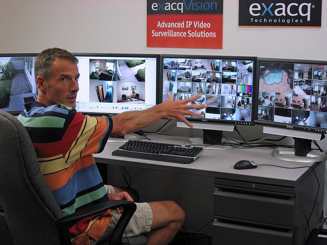 Viele Monitor, viele kleine Videostreams. Setup einer Überwachungsinstallation. cc-by-nc exacq